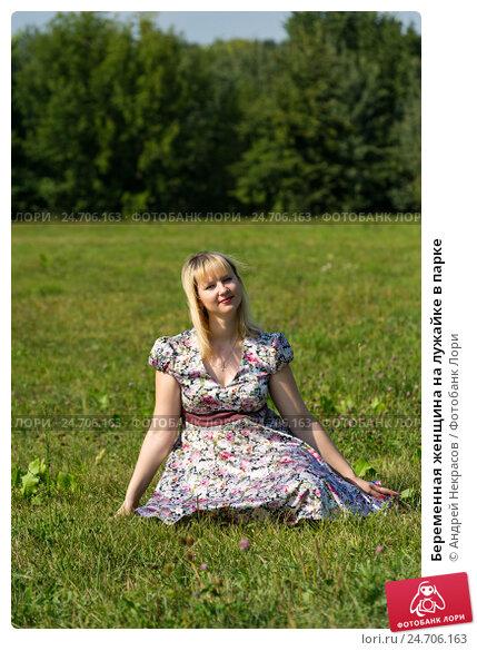 Купить «Беременная женщина на лужайке в парке», фото № 24706163, снято 10 августа 2014 г. (c) Андрей Некрасов / Фотобанк Лори