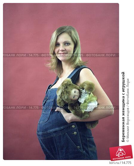 Беременная женщина с игрушкой, фото № 14775, снято 21 февраля 2017 г. (c) Михаил Ворожцов / Фотобанк Лори