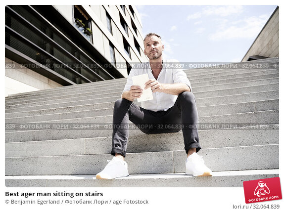 Best ager man sitting on stairs. Стоковое фото, фотограф Benjamin Egerland / age Fotostock / Фотобанк Лори