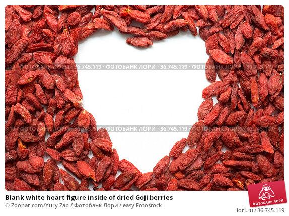 Blank white heart figure inside of dried Goji berries. Стоковое фото, фотограф Zoonar.com/Yury Zap / easy Fotostock / Фотобанк Лори