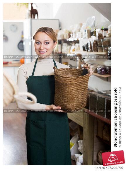 Купить «Blond woman choosing tea sold», фото № 27204707, снято 19 ноября 2017 г. (c) Яков Филимонов / Фотобанк Лори