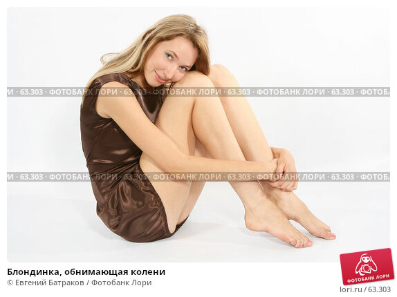 Блондинка, обнимающая колени, фото № 63303, снято 24 июня 2007 г. (c) Евгений Батраков / Фотобанк Лори