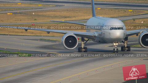 Boeing 777 taxiing after landing, видеоролик № 27074447, снято 19 июля 2017 г. (c) Игорь Жоров / Фотобанк Лори