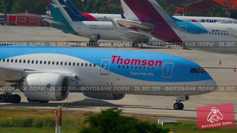 Купить «Boeing 787 Dreamliner taxiing», видеоролик № 28307391, снято 26 ноября 2016 г. (c) Игорь Жоров / Фотобанк Лори