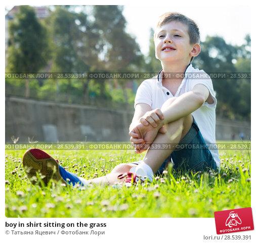 Купить «boy in shirt sitting on the grass», фото № 28539391, снято 21 июня 2018 г. (c) Татьяна Яцевич / Фотобанк Лори