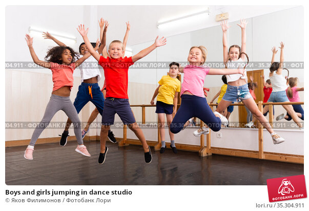Boys and girls jumping in dance studio. Стоковое фото, фотограф Яков Филимонов / Фотобанк Лори
