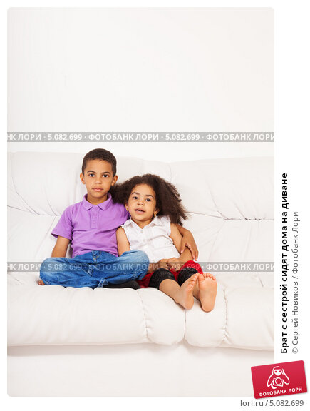 Брат трахнул уставшую мать на диване
