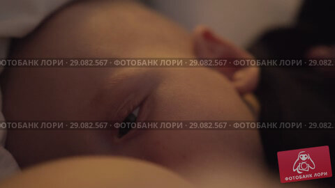 Купить «Breastfeeding sleepy baby», видеоролик № 29082567, снято 18 сентября 2018 г. (c) Данил Руденко / Фотобанк Лори