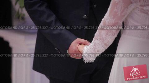 Bride and groom holding hands on ceremony, видеоролик № 25795327, снято 16 марта 2016 г. (c) Алексей Макаров / Фотобанк Лори