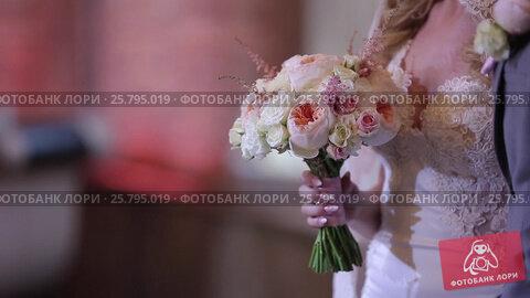 Купить «Bride with bouquet inside», видеоролик № 25795019, снято 14 марта 2016 г. (c) Алексей Макаров / Фотобанк Лори