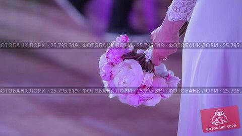 Bride with bouquet on a wedding party, видеоролик № 25795319, снято 16 марта 2016 г. (c) Алексей Макаров / Фотобанк Лори