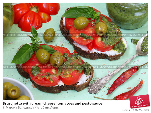 Bruschetta with cream cheese, tomatoes and pesto sauce. Стоковое фото, фотограф Марина Володько / Фотобанк Лори
