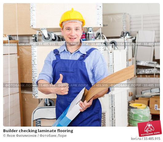Купить «Builder checking laminate flooring», фото № 33485915, снято 4 мая 2018 г. (c) Яков Филимонов / Фотобанк Лори