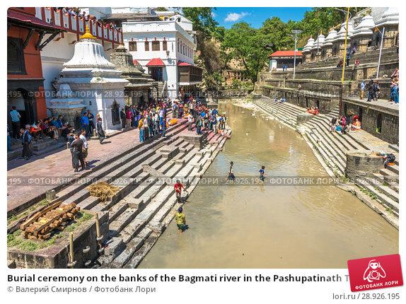 Купить «Burial ceremony on the banks of the Bagmati river in the Pashupatinath Temple 13 April 2018, Kathmandu, Nepal», фото № 28926195, снято 13 апреля 2018 г. (c) Валерий Смирнов / Фотобанк Лори