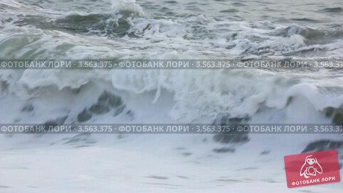 Купить «Бурные морские волны», видеоролик № 3563375, снято 22 января 2010 г. (c) Losevsky Pavel / Фотобанк Лори