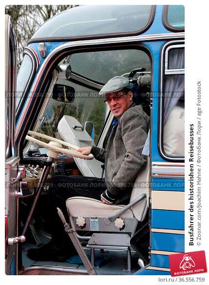 Busfahrer des historishen Reisebusses. Стоковое фото, фотограф Zoonar.com/Joachim Hahne / age Fotostock / Фотобанк Лори