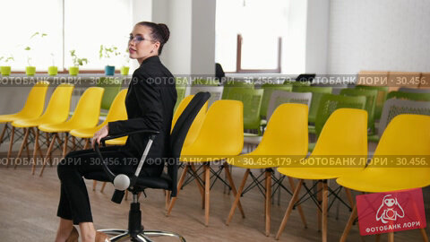 Business concept. A woman in the business centre spinning in a chair. Стоковое видео, видеограф Константин Шишкин / Фотобанк Лори