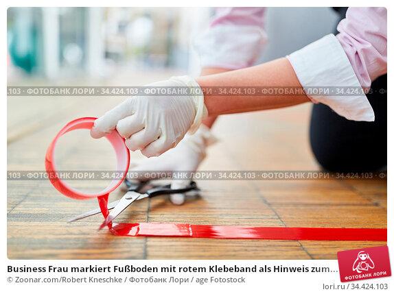 Business Frau markiert Fußboden mit rotem Klebeband als Hinweis zum... Стоковое фото, фотограф Zoonar.com/Robert Kneschke / age Fotostock / Фотобанк Лори