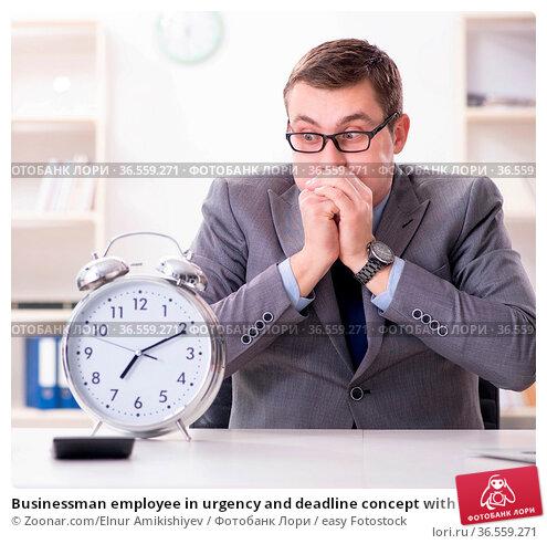 Businessman employee in urgency and deadline concept with alarm clock. Стоковое фото, фотограф Zoonar.com/Elnur Amikishiyev / easy Fotostock / Фотобанк Лори