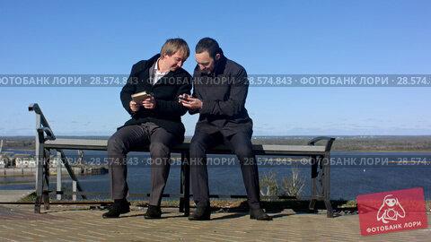 Купить «Businessman taking a selfie with a smart phone outdoors», видеоролик № 28574843, снято 12 октября 2015 г. (c) Vasily Alexandrovich Gronskiy / Фотобанк Лори