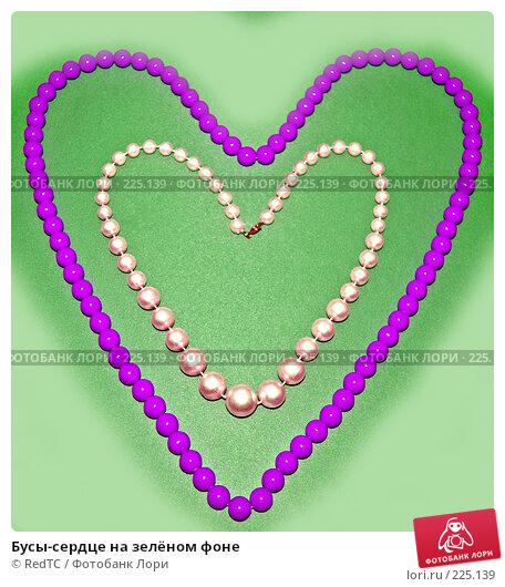 Бусы-сердце на зелёном фоне, фото № 225139, снято 16 марта 2008 г. (c) RedTC / Фотобанк Лори