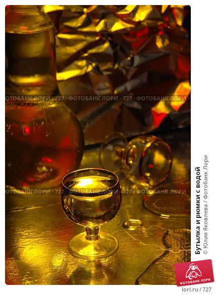 Бутылка и рюмки с водой, фото № 727, снято 24 февраля 2005 г. (c) Юлия Яковлева / Фотобанк Лори