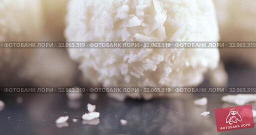 Candy in coconut flakes. Стоковое видео, видеограф Потийко Сергей / Фотобанк Лори