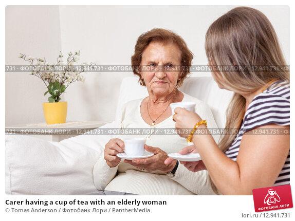 Купить «Carer having a cup of tea with an elderly woman», фото № 12941731, снято 14 декабря 2019 г. (c) PantherMedia / Фотобанк Лори