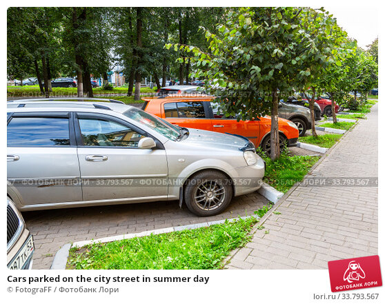Купить «Cars parked on the city street in summer day», фото № 33793567, снято 23 августа 2019 г. (c) FotograFF / Фотобанк Лори