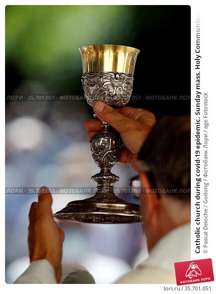 Catholic church during covid-19 epidemic. Sunday mass. Holy Communion... Стоковое фото, фотограф Pascal Deloche / Godong / age Fotostock / Фотобанк Лори