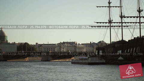 Centre of Saint-Petersburg, Russia: River Neva, bridge, and wood ship, видеоролик № 25794979, снято 1 марта 2016 г. (c) Алексей Макаров / Фотобанк Лори