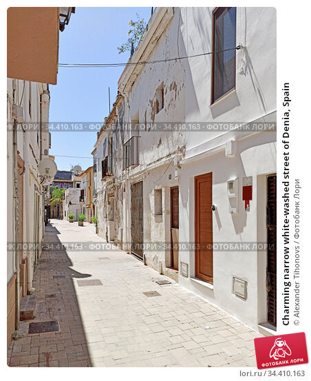 Charming narrow white-washed street of Denia, Spain. Стоковое фото, фотограф Alexander Tihonovs / Фотобанк Лори
