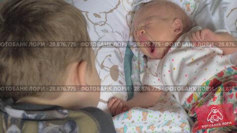 Купить «Child looking after baby sister», видеоролик № 28876775, снято 21 августа 2018 г. (c) Данил Руденко / Фотобанк Лори