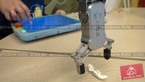 Купить «Children learn robotics at Moscow Maker Faire», видеоролик № 27012987, снято 9 сентября 2017 г. (c) Антон Гвоздиков / Фотобанк Лори