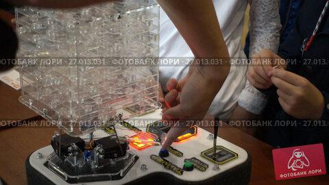 Купить «Children playing developing games at Moscow Maker Faire», видеоролик № 27013031, снято 9 сентября 2017 г. (c) Антон Гвоздиков / Фотобанк Лори