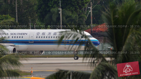 China Southern taxiing at Phuket airport (2019 год). Редакционное видео, видеограф Игорь Жоров / Фотобанк Лори