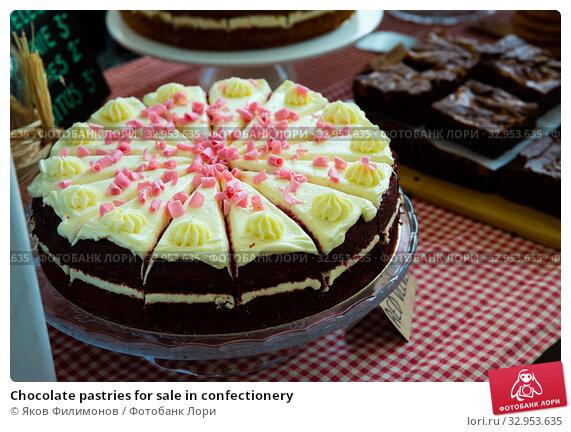 Chocolate pastries for sale in confectionery. Стоковое фото, фотограф Яков Филимонов / Фотобанк Лори