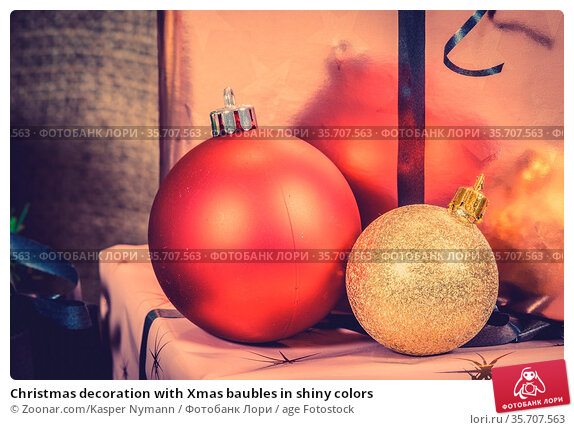 Christmas decoration with Xmas baubles in shiny colors. Стоковое фото, фотограф Zoonar.com/Kasper Nymann / age Fotostock / Фотобанк Лори