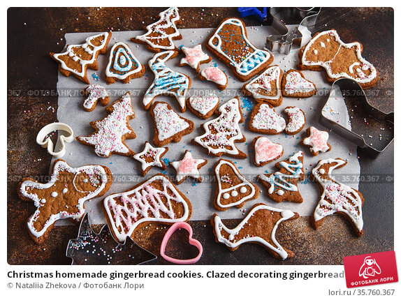 Christmas homemade gingerbread cookies. Clazed decorating gingerbread homemade cookies for christmas. Top view of cookies on table, Happy new year, celebration, overhead, top view. Стоковое фото, фотограф Nataliia Zhekova / Фотобанк Лори