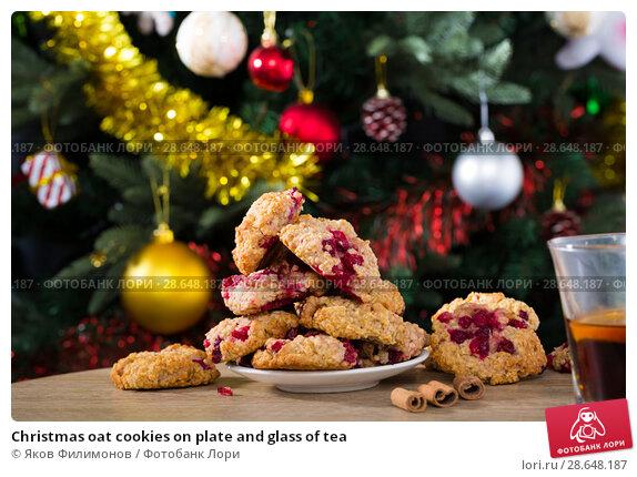 Купить «Christmas oat cookies on plate and glass of tea», фото № 28648187, снято 2 января 2018 г. (c) Яков Филимонов / Фотобанк Лори