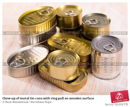 Купить «Close-up of metal tin cans with ring pull on wooden surface», фото № 32019775, снято 19 мая 2020 г. (c) Яков Филимонов / Фотобанк Лори