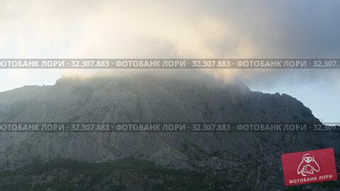 Купить «Clouds float on top of a mountain in Crimea», видеоролик № 32307883, снято 4 июля 2019 г. (c) Володина Ольга / Фотобанк Лори