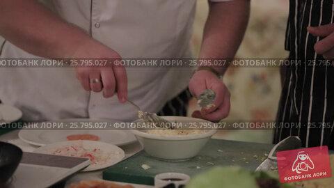 Cook cooking on a kitchen, видеоролик № 25795027, снято 14 марта 2016 г. (c) Алексей Макаров / Фотобанк Лори