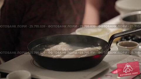 Cook cooking on a kitchen, видеоролик № 25795039, снято 14 марта 2016 г. (c) Алексей Макаров / Фотобанк Лори