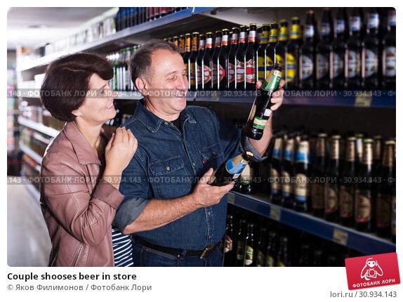 Купить «Couple shooses beer in store», фото № 30934143, снято 21 июля 2019 г. (c) Яков Филимонов / Фотобанк Лори