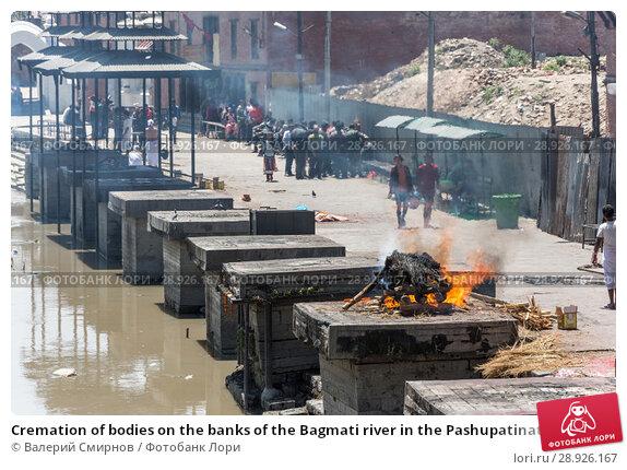 Купить «Cremation of bodies on the banks of the Bagmati river in the Pashupatinath Temple 13 April 2018, Kathmandu, Nepal», фото № 28926167, снято 13 апреля 2018 г. (c) Валерий Смирнов / Фотобанк Лори