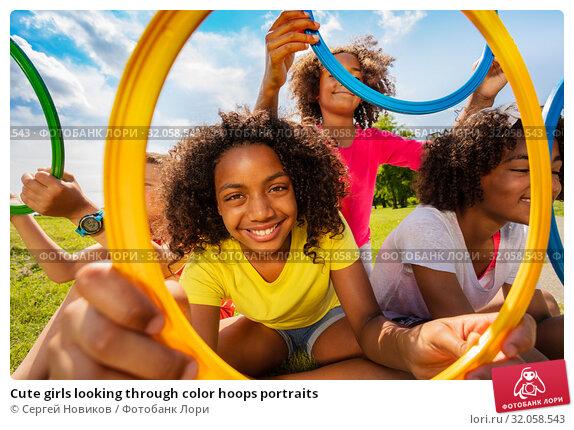 Cute girls looking through color hoops portraits. Стоковое фото, фотограф Сергей Новиков / Фотобанк Лори