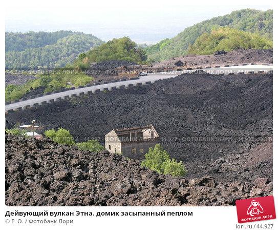 Дейвующий вулкан Этна. домик засыпанный пеплом, фото № 44927, снято 11 июня 2005 г. (c) Екатерина Овсянникова / Фотобанк Лори