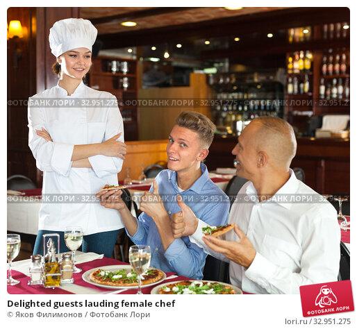 Delighted guests lauding female chef. Стоковое фото, фотограф Яков Филимонов / Фотобанк Лори