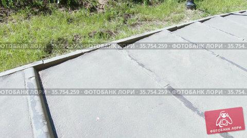 Descend the concrete stairs. Стоковое видео, видеограф Потийко Сергей / Фотобанк Лори